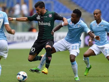 Alessio Sestu con la maglia del Chievo contratstao alla Stadio Olimpico da Ogenyi Onazi da c.smimg.net