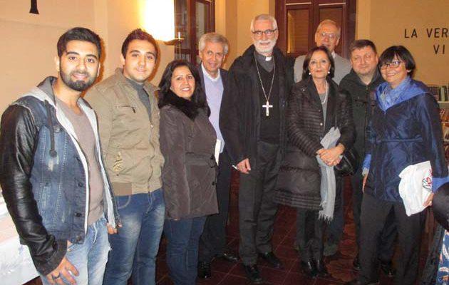 I profughi siriani primi tre da destra) con lArcivescovo, il Prefetto e gli altri protagonisti del progetto